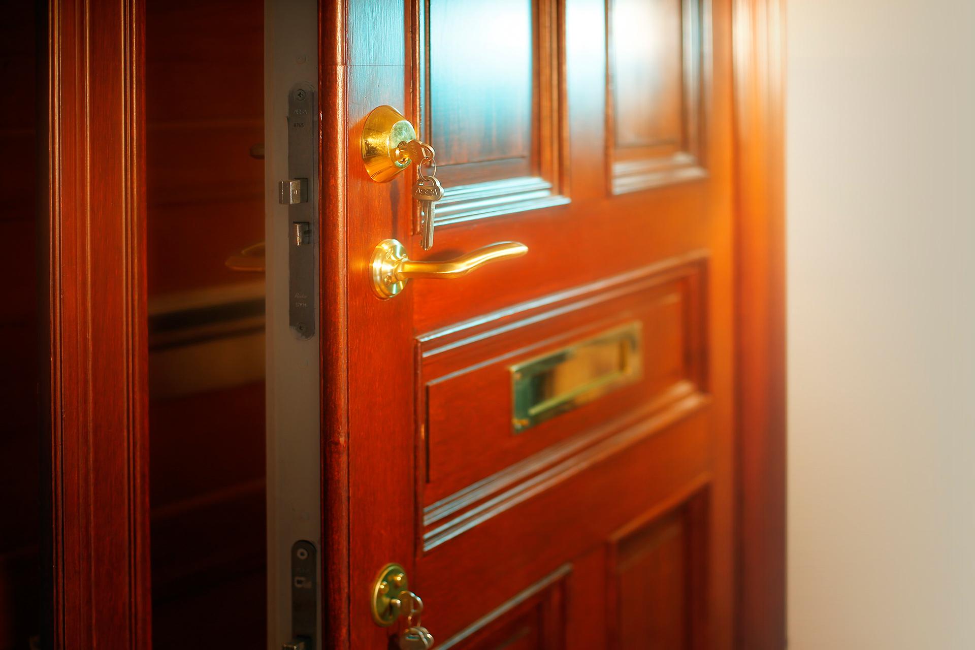 Speglad/boardad dörr Dörrakuten
