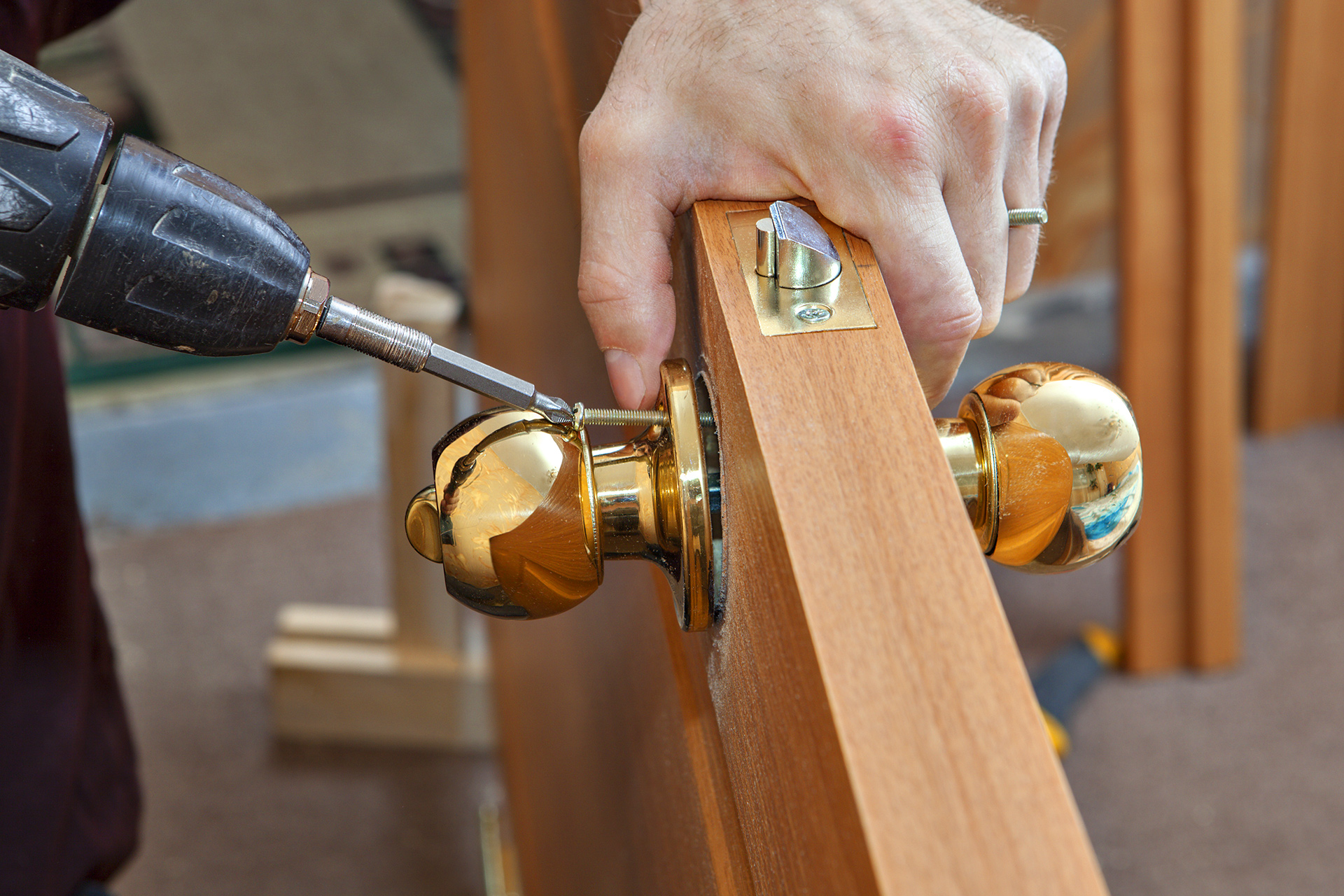 Montering dörrhandtag dörrakuten